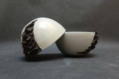 Bols à écailles, grès blanc émaillé et grès noir, diamètre 10cm.