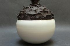 Vase à écailles, grès blanc émaillé et grès noir, hauteur 25cm, diamètre 20cm.