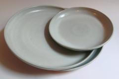 Assiettes, grès émaillé, Diamètre 27cm; Assiettes, grès émaillé, diamètre 20cm.
